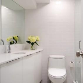 Белая мебель в ванной с туалетом