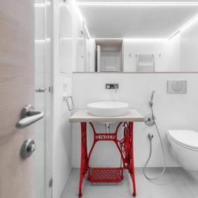 Акцент красного цвета в белой ванной