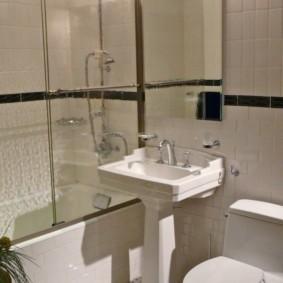 Раздвижная дверка на бортике ванной