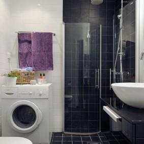 Стиральная машинка под полотенцесушителем в ванной