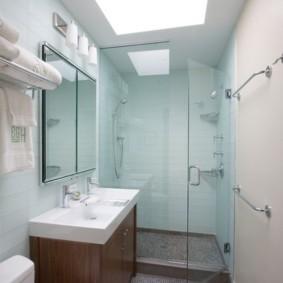 Встроенное освещение на потолке ванной