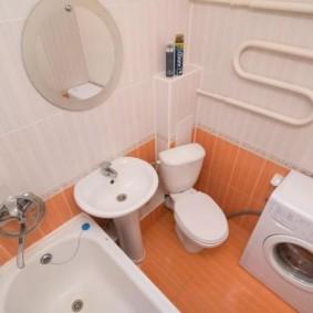 Оранжевая плитка на полу ванной