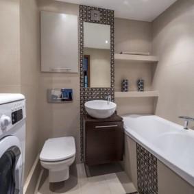 Полки на стене ванной комнаты