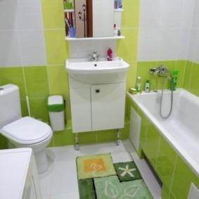 Дизайн ванной с плиткой белого и салатового цветов