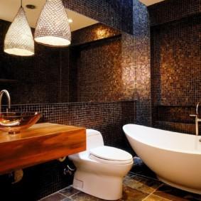 Белая сантехника в темной ванной