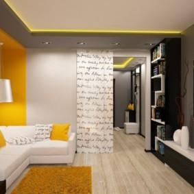 Желтый коврик на ламинированном полу