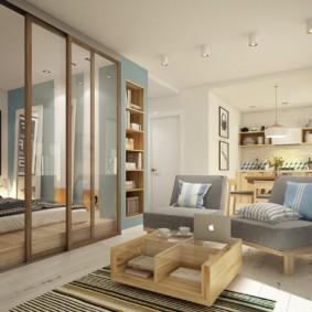 Кровать на подиуме за стеклянной перегородкой