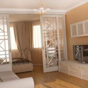Кровать за раздвижными дверями со стеклянными вставками
