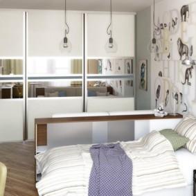 Шкаф-купе с зеркалами на дверцах