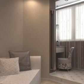 Подушки на диване в комнате с эркером
