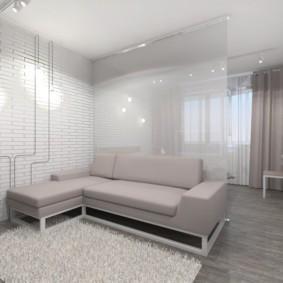Стеклянная перегородка за угловым диваном