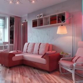 Угловой диван с розовой обивкой