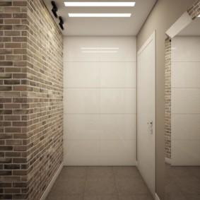 Кирпичная стена в прихожей без мебели