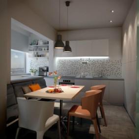 Разные стулья в обеденной зоне кухни
