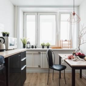 Интерьер комнаты без занавесок на окне