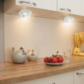 Подвесные светильники на нижней панели кухонного шкафа