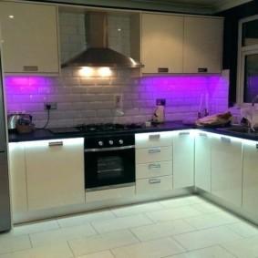 Фиолетовая подсветка кухонного фартука