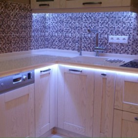 Белая подсветка кухонной столешницы