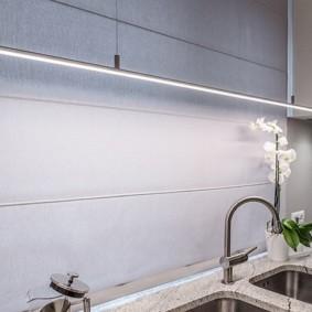 Комнатная орхидея возле кухонной мойки