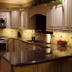 Кухонный гарнитур с полуостровом в стиле классика