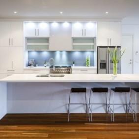Кухонный остров белого цвета