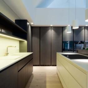 Серые фасады кухонной мебели без ручек