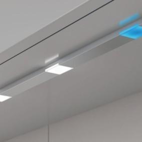 Узкая панель со встроенными светильниками