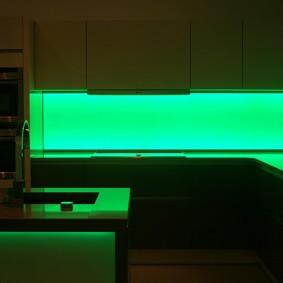 Зеленая подсветка фартука на кухне
