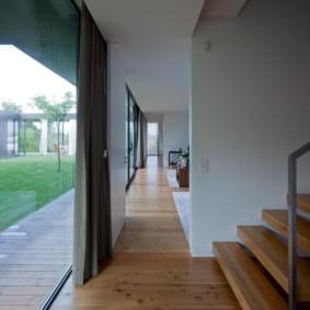 Деревянный пол в коридоре с панорамными окнами