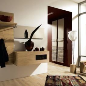Навесная мебель на стене холла в частном доме