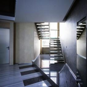 Металлическая лестница в загородном доме