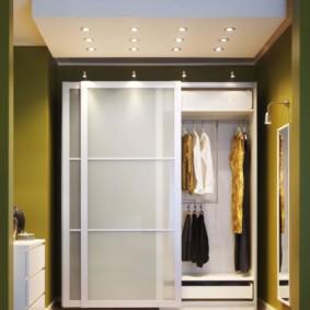 Женская одежда в шкафу с раздвижными дверцами
