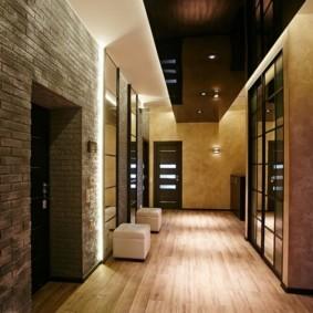 Черный потолок в коридоре городской квартиры