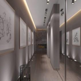 Картинная галерея на стене коридора вытянутой формы