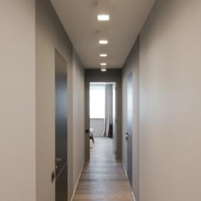 Квадратные светильники на сером потолке