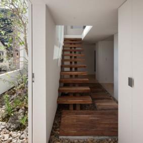 Галька на полу коридора в частном доме