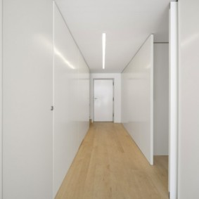 Длинный коридор с ровными стенами