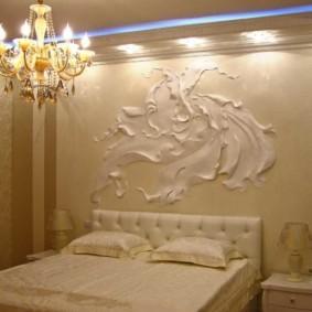 Объемная фреска над изголовьем кровати