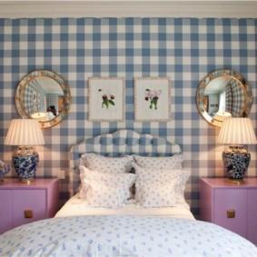 Шотландская клетка на стене спальни