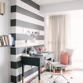 Горизонтальные полосы на стене комнаты