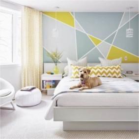 Породистая собака на кровати в спальне