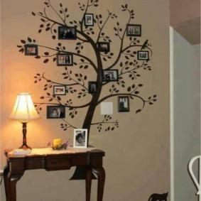 Семейные фотографии на стене прихожей
