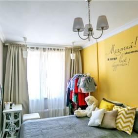 Надпись на желтой стене в спальной комнате