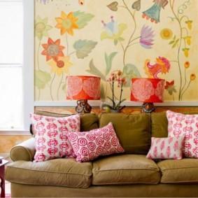 Яркие подушки на диване в гостиной
