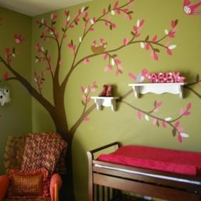 Белые полочки на стене с деревом