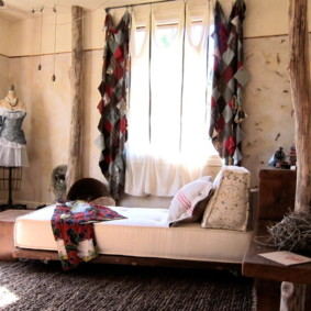 Оригинальные шторы в спальне городской квартиры