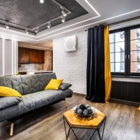 Черно-желтые шторы в гостиной комнате