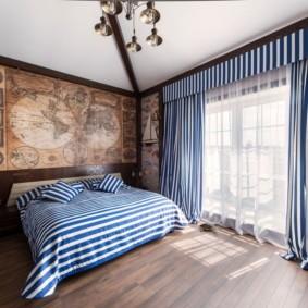 Старинная карта на стене спальни