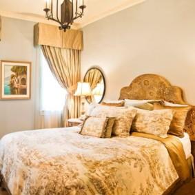 Интерьер спальни с узкими окнами