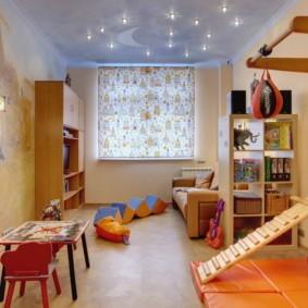 Рулонная штора с ярким принтом в детской комнате